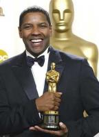 Denzel Washington holding a oscar prize_oscar winner for Trainging Day movie.jpg