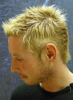 Aaron Eckhart in Casual Male Hair Style with Blonde Highlights