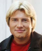 middle age men hairstyle with medium length and long side bangs.jpg