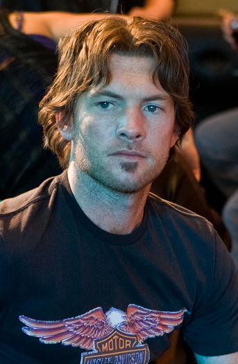 Sam Worthington as Jake Sully with his medium long wavy hairstyle with and long wavy side bangs.PNG