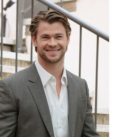 Chris Hemsworth picture with long hairstyle with long side bangs and waves.PNG